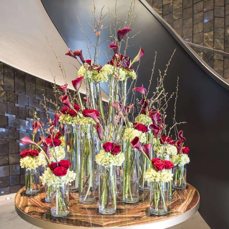 Blumengesteck mit roten Rosen lizenzfreie stockfotos