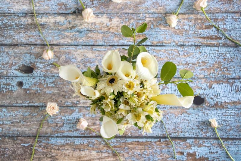 Blumengesteck von Callas von lilly und Gerberas stockbild