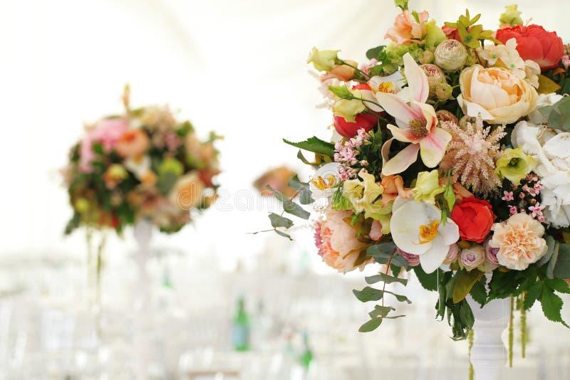 Blumengesteckhochzeitszelt Weißüberdachung lizenzfreie stockfotografie