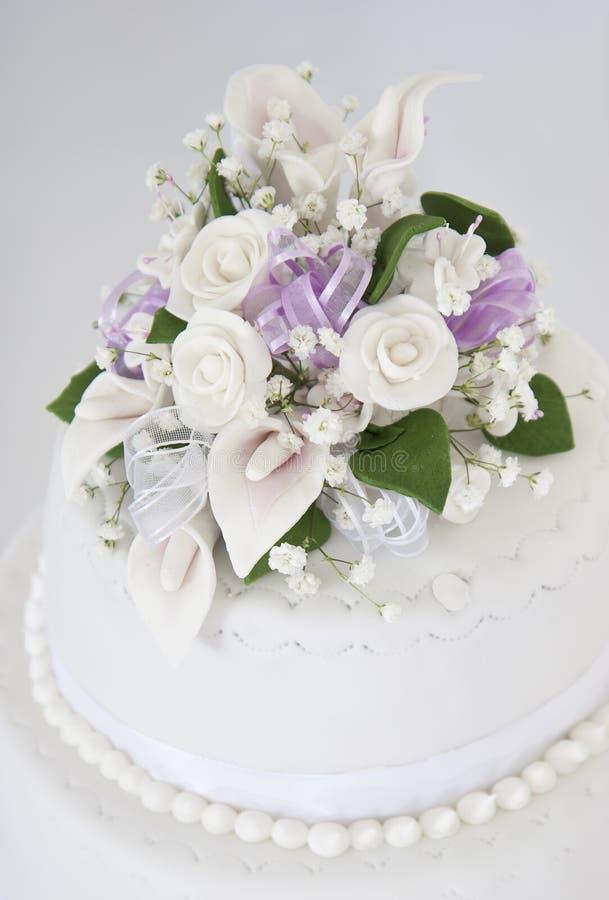 Blumenhochzeitskuchen stockbild