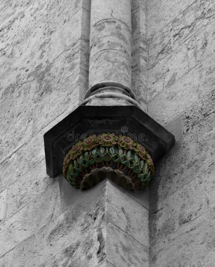Blumenkapital am Ende der Spalte stockfotografie