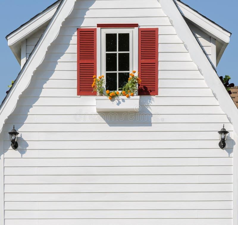 Blumenkasten auf weißem Haus stockfotos