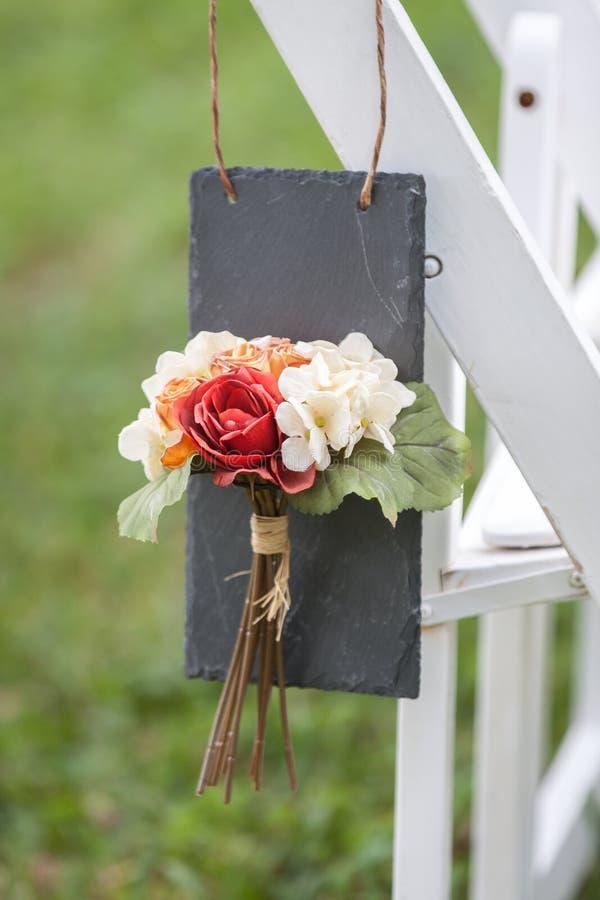 Blumenkennsatz auf weißem Stuhl stockfotos