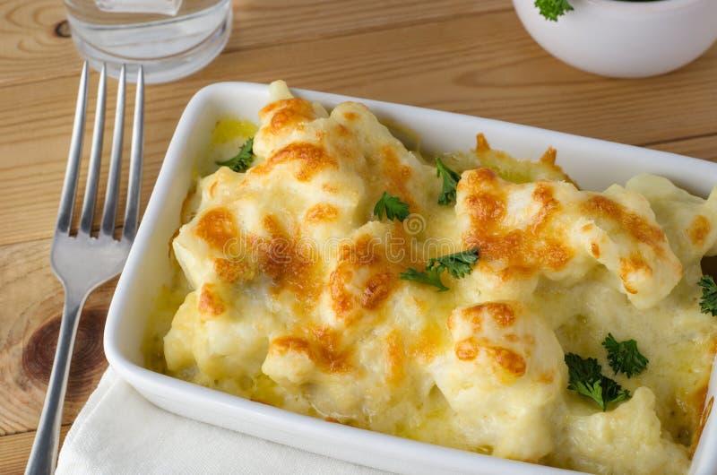 Blumenkohl-Käse-Mahlzeit gedient stockfotografie