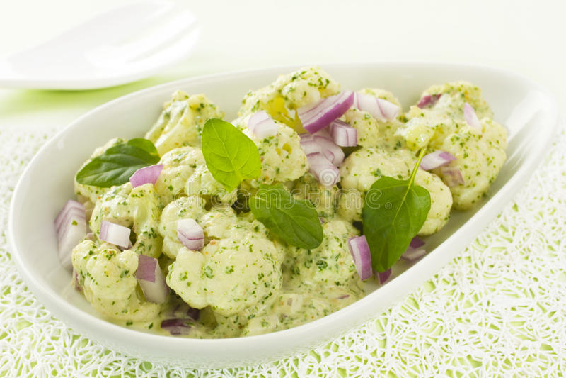 Blumenkohl-Salat mit Spinat Pesto stockbilder