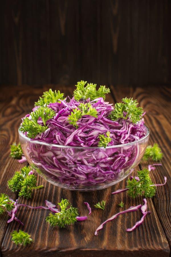 Blumenkohlsalat auf einer Holztischnahaufnahme stockfotos
