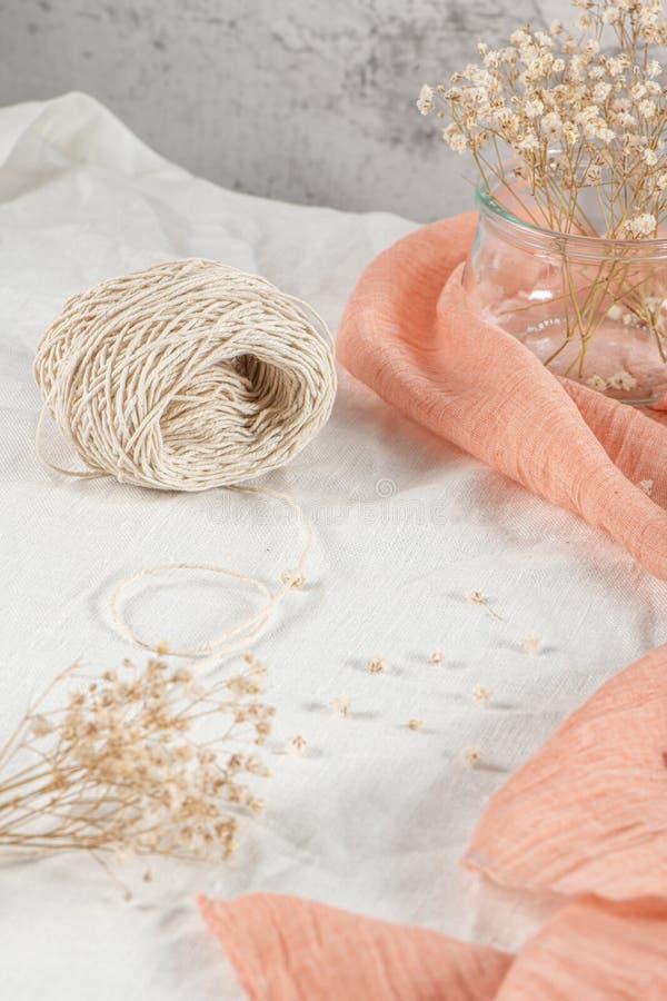 Blumenkomposition romantisch Weiße Zigeunerblumen, Bilderrahmen auf pastellfarbenem Hintergrund Valentinstag, Ostern, Geburtstag, stockfotografie