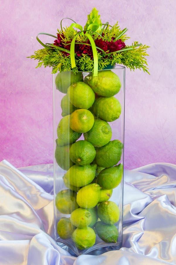 Blumenkunst - Zitronen-Vase stockfoto