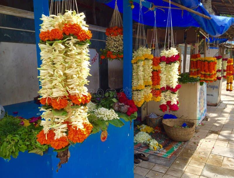 Blumenladen außerhalb eines hindischen Tempels in Mumbai Indien lizenzfreie stockfotografie