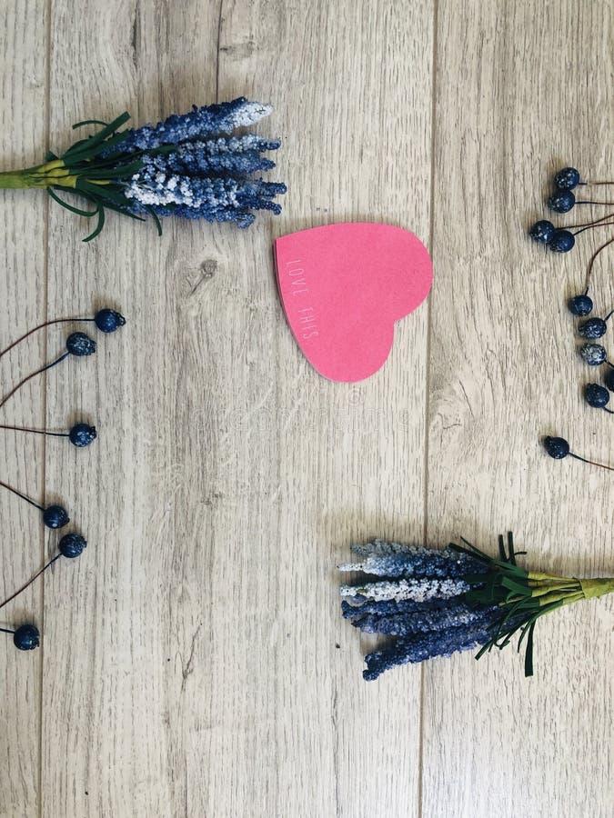 Blumenlavendel mit reizendem Herzen lizenzfreie stockfotos