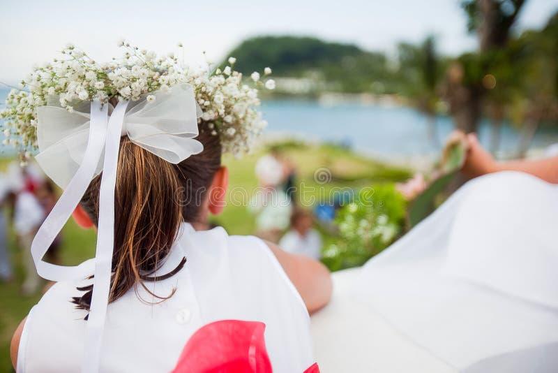 Blumenmädchen an der Hochzeit lizenzfreies stockfoto