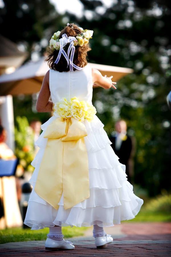 Blumenmädchen an einer Hochzeit stockfoto