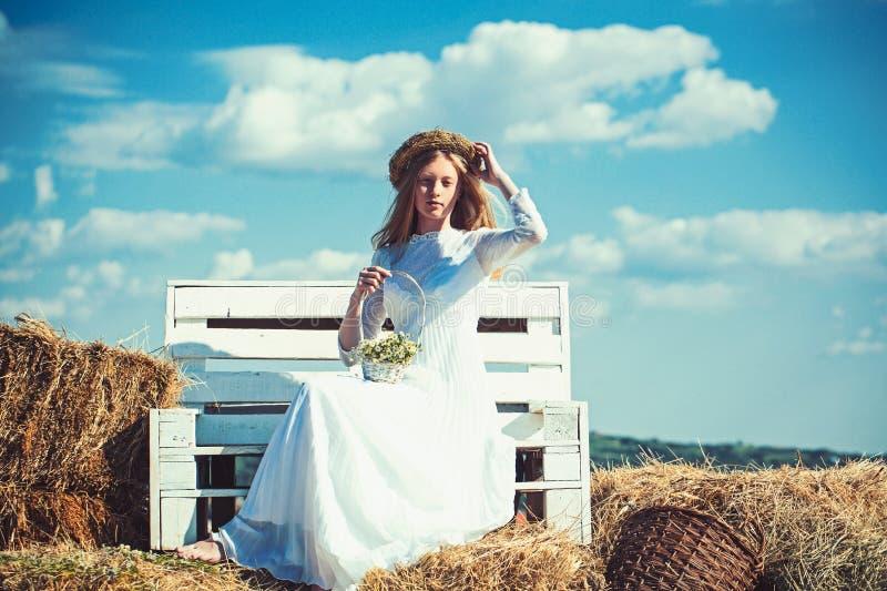 Blumenmädchen an Heiratsgriffkorb von Blumen lizenzfreie stockfotos