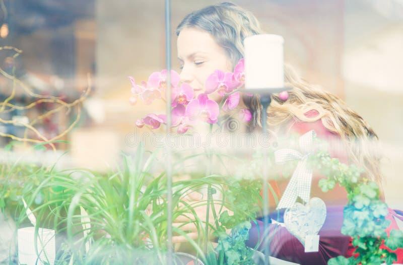 Blumenmädchen in ihrem Blumen- und Betriebsspeicher stockfotografie