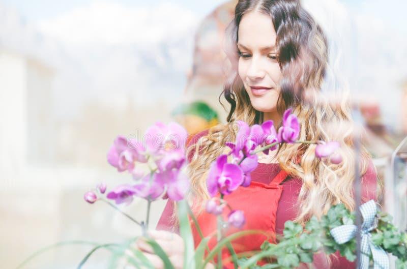 Blumenmädchen in ihrem Blumen- und Betriebsspeicher stockfoto