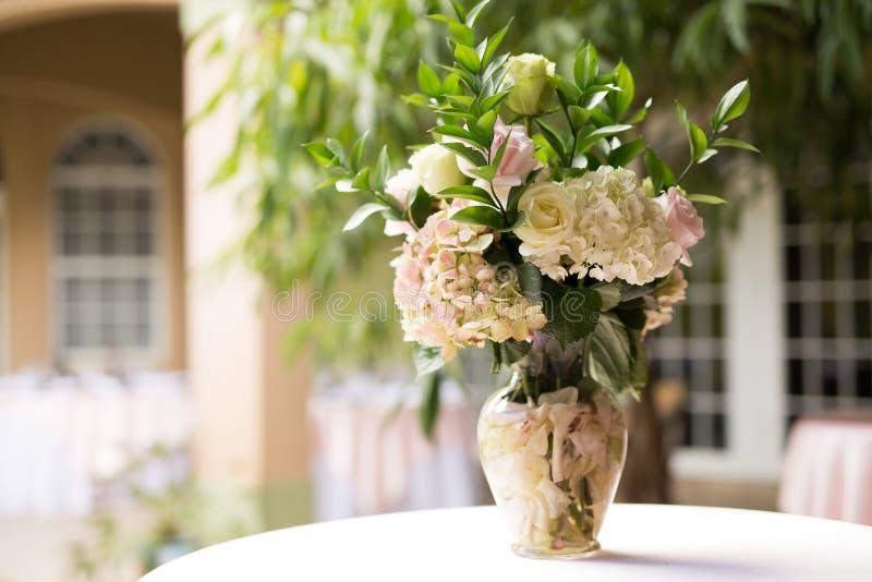 Blumenmittelstück auf weißen Leinen lizenzfreies stockfoto