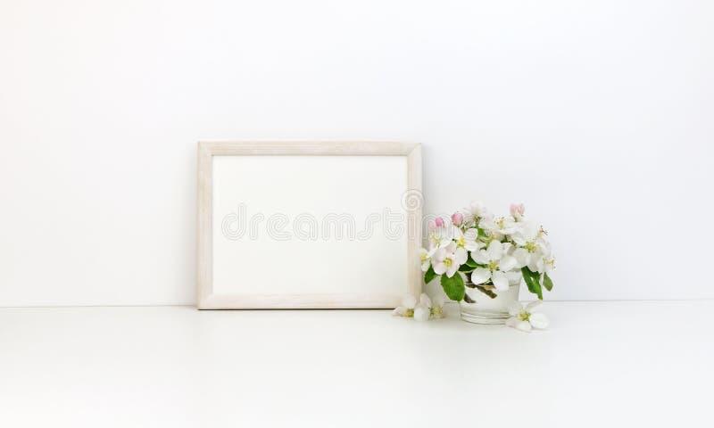 Blumenmodell des horizontalen Rahmens, weiße Blumen lizenzfreie stockfotografie