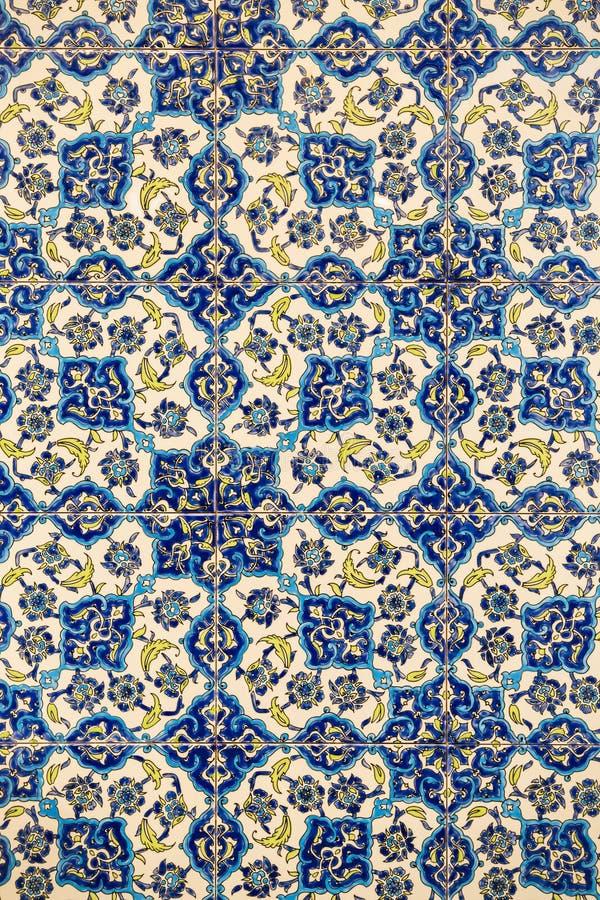 Blumenmuster auf Keramikfliesen in der alten türkischen Art, Detail einer Izmir-ähnlichen kopierten Wandfliese, Beschaffenheit de stockfotos