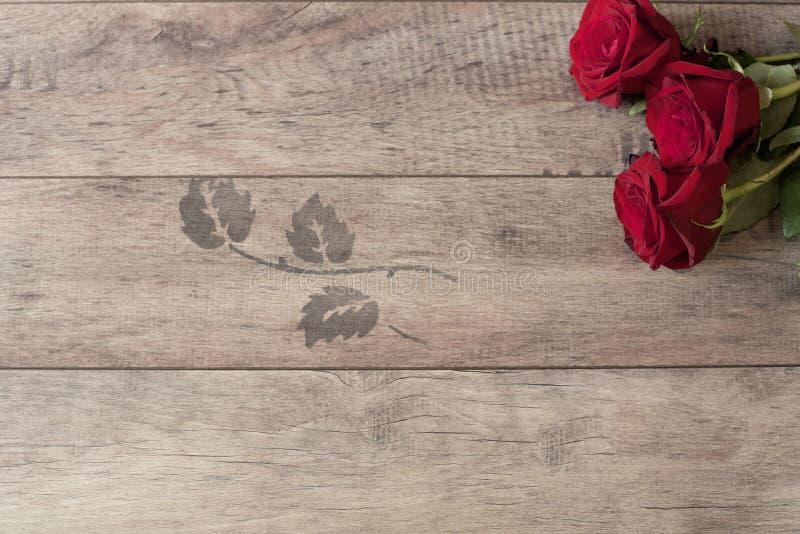 Blumenrahmen mit roten Rosen auf hölzernem Hintergrund Angeredete vermarktende Fotografie Kopieren Sie Platz Hochzeit, Gutschein lizenzfreie stockbilder