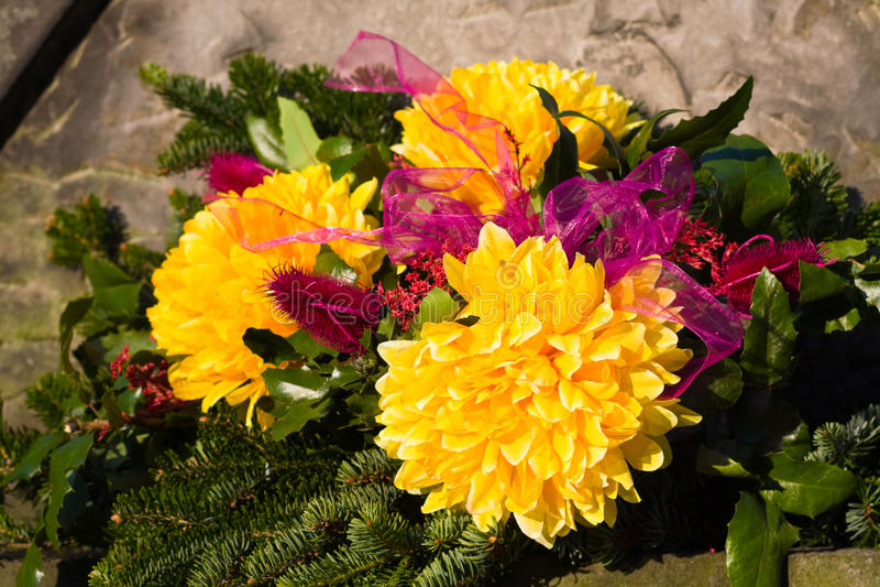 Blumenrest auf Grundstein stockbild