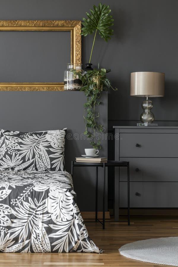Blumenschlafzimmerinnenraum mit Modell lizenzfreies stockbild