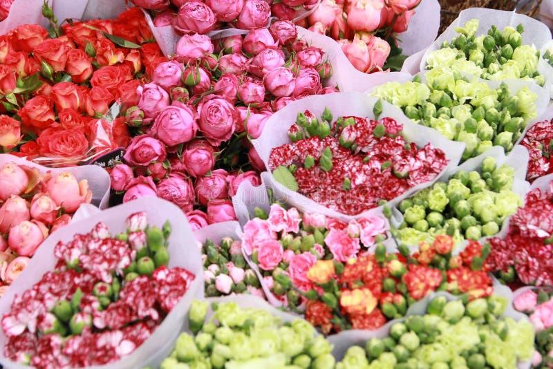 Blumenshop bunt im Frühjahr lizenzfreies stockbild