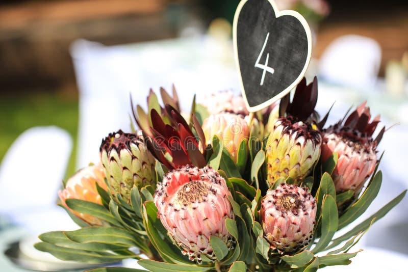 Blumenstrauß als Tischschmuck lizenzfreies stockfoto