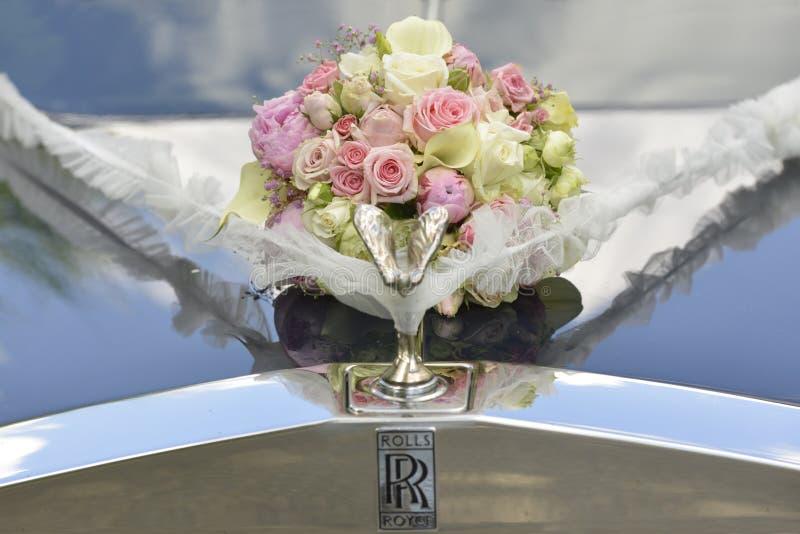 Blumenstrauß auf der Haube des Hochzeitsautos stockfotografie