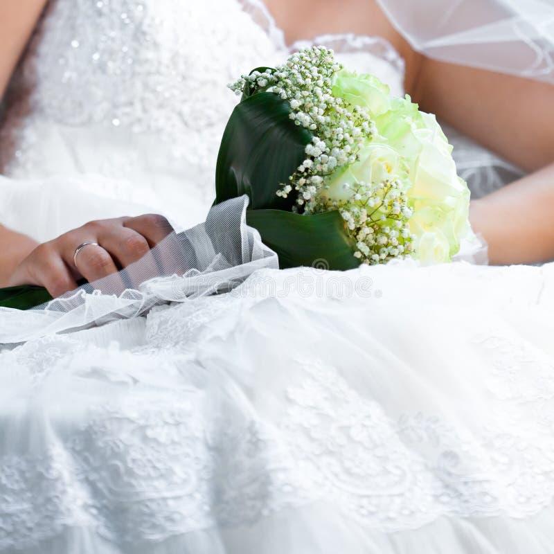 Blumenstrauß in den Händen der Braut stockbild