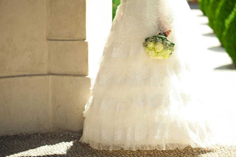 Blumenstrauß in den Händen der Braut stockfotos