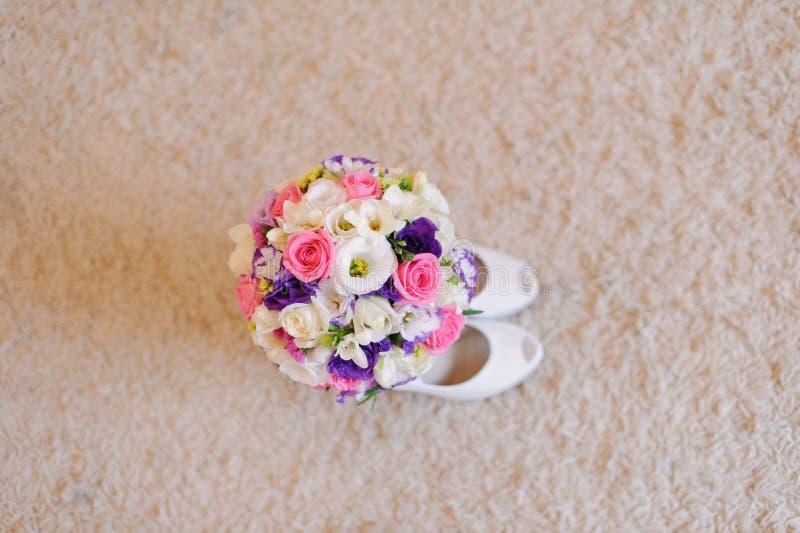 Blumenstrauß in den Schuhen lizenzfreie stockfotografie