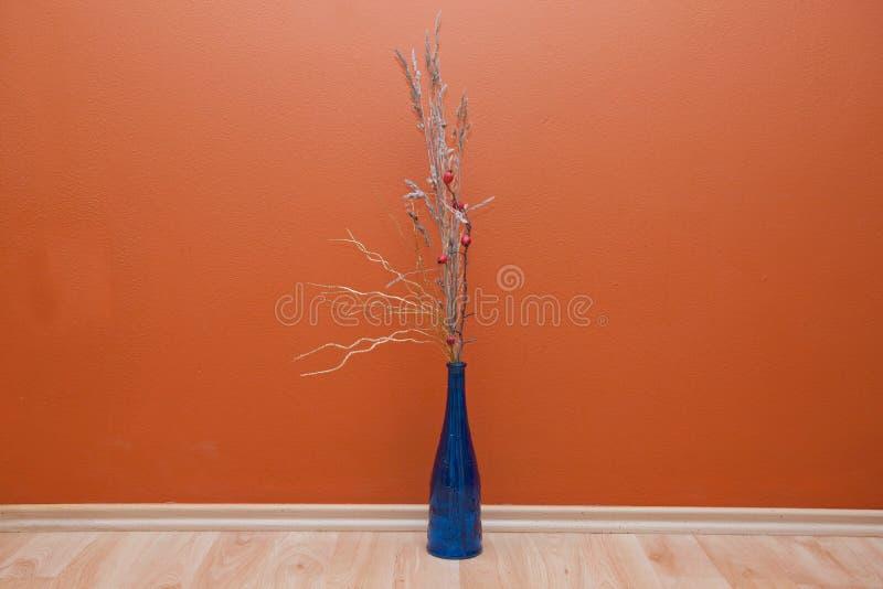 Blumenstrauß in der blauen Flasche lizenzfreies stockfoto
