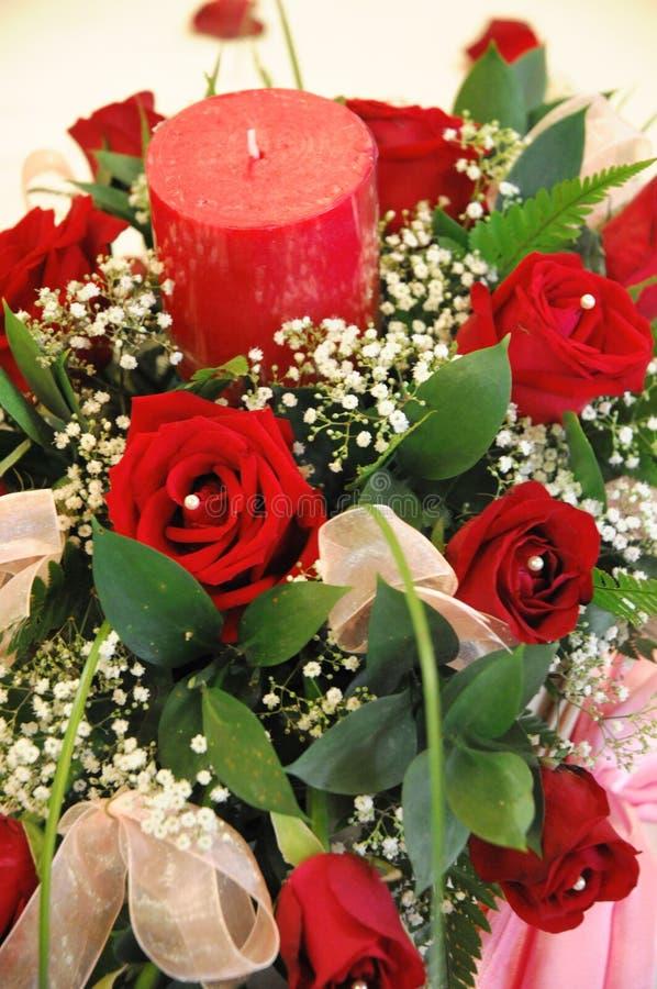 Blumenstrauß der Blumen und der Kerze lizenzfreies stockfoto