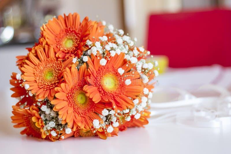Blumenstrauß der Blumenbraut orange und weiß stockfotografie
