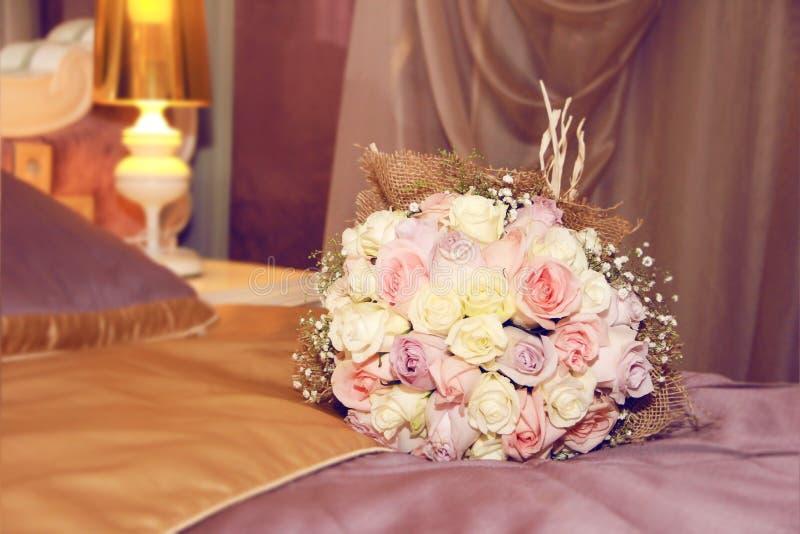 Blumenstrauß der Braut von den mehrfarbigen Rosen stockbild