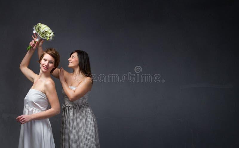 Blumenstrauß, der in einen Brautmoment wirft stockfotografie