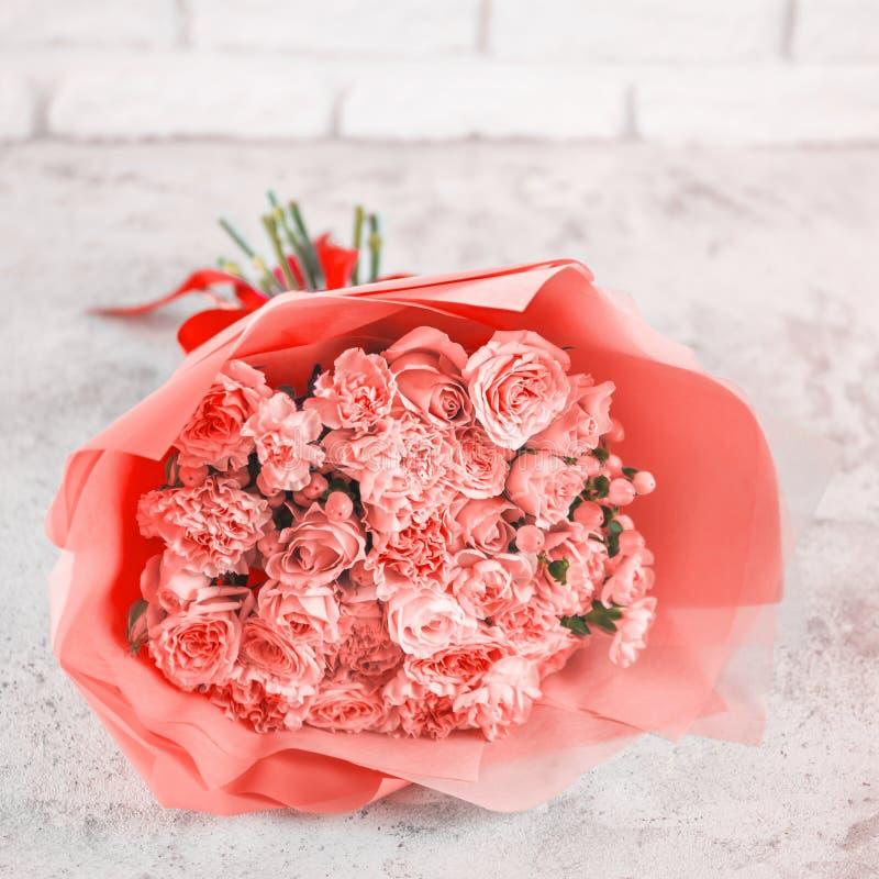 Blumenstrauß in der Farbe Jahr 2019 Lebenkoralle lizenzfreie stockfotografie
