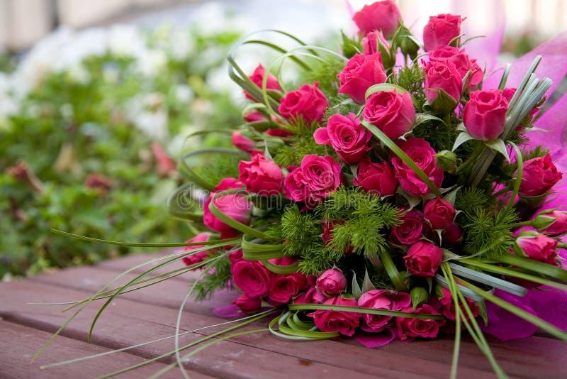 Blumenstrauß der kleinen rosafarbenen Rosen lizenzfreies stockfoto