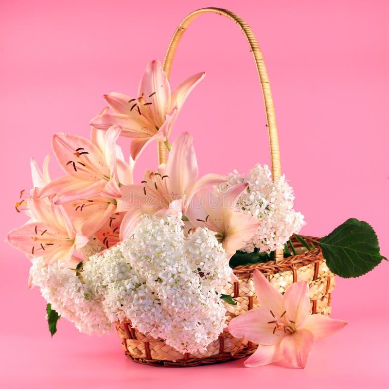Blumenstrauß der Lilien in einem Korb stockbild