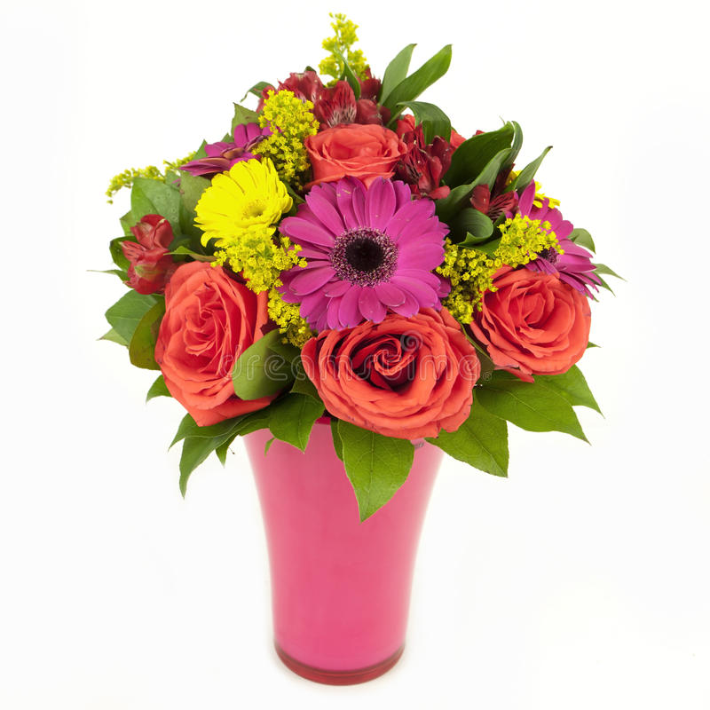 Blumenstrauß der rosa und gelben Blumen im Vase getrennt auf Weiß stockfotos