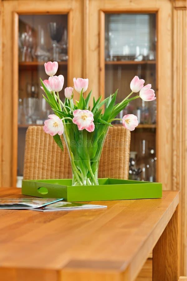 Blumenstrauß der rosafarbenen Tulpen blüht im Glasvase stockfoto