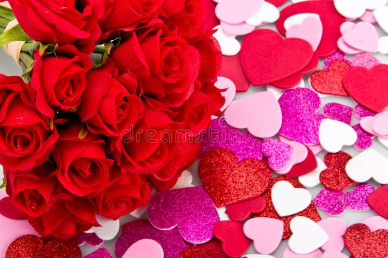 Blumenstrauß der Rosen mit Valentinsgrüßen stockfoto