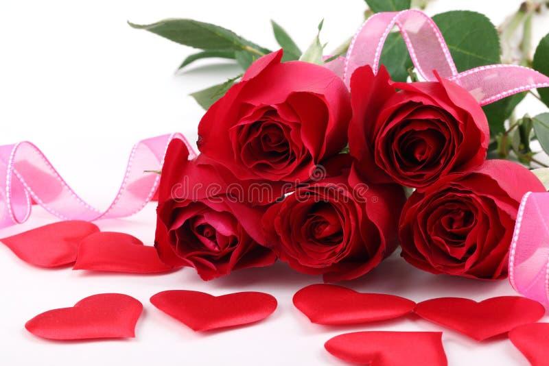 Blumenstrauß der Rosen und der Verzierungen lizenzfreies stockfoto