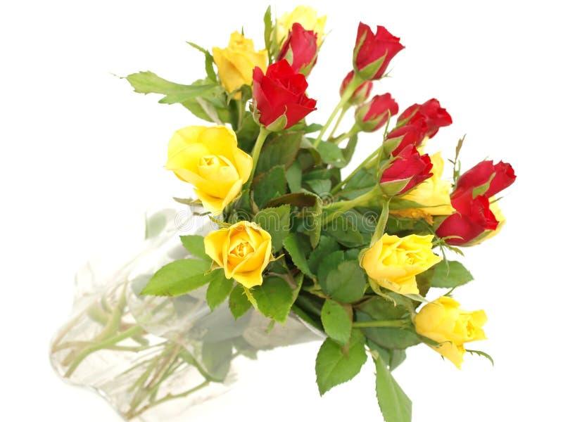 Blumenstrauß der roten und gelben Rosen stockbild