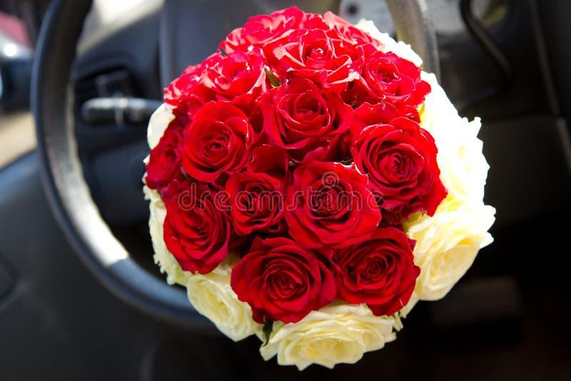 Blumenstrauß der schönen Braut stockbild
