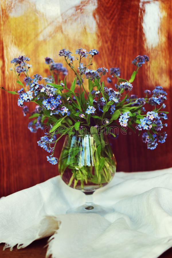 Blumenstrauß der Vergissmeinnichte der frischen Blumen lizenzfreies stockfoto