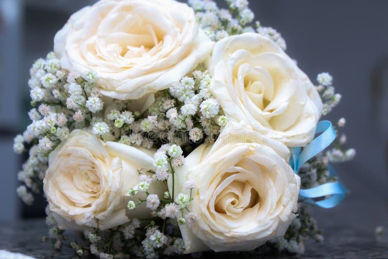 Blumenstrauß der weißen Rosen stockbild