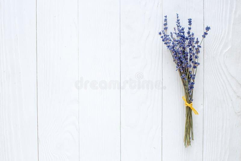 Blumenstrauß des getrockneten Lavendels auf Draufsicht des Holztischs stockfotos