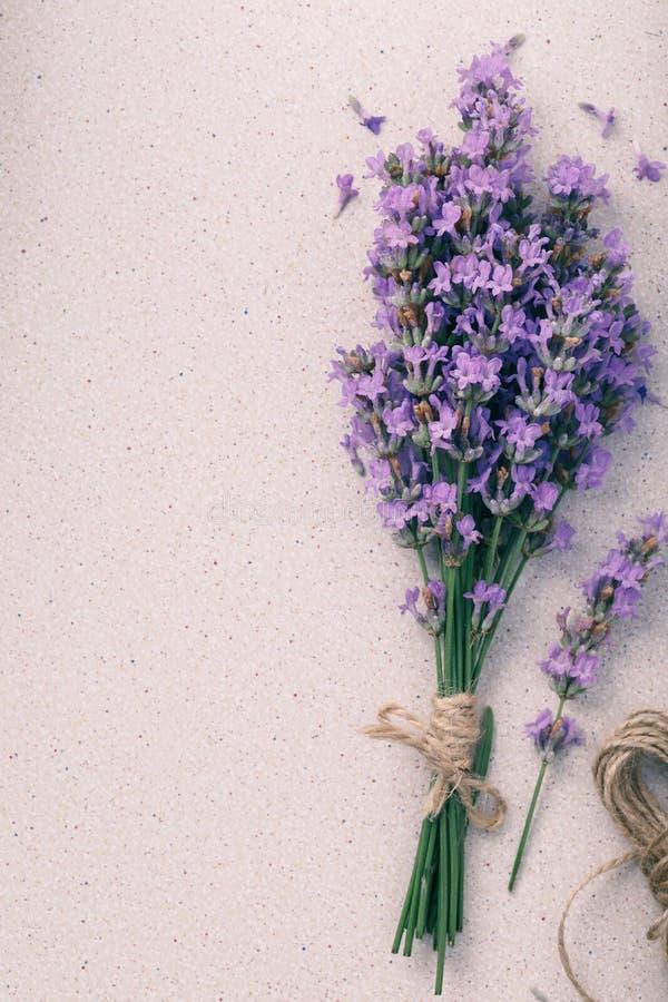 Blumenstrauß des Lavendels auf dem Tisch mit Raum für Text lizenzfreie stockbilder