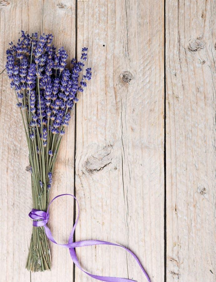 Blumenstrauß des Lavendels auf einem alten Holztisch stockbilder